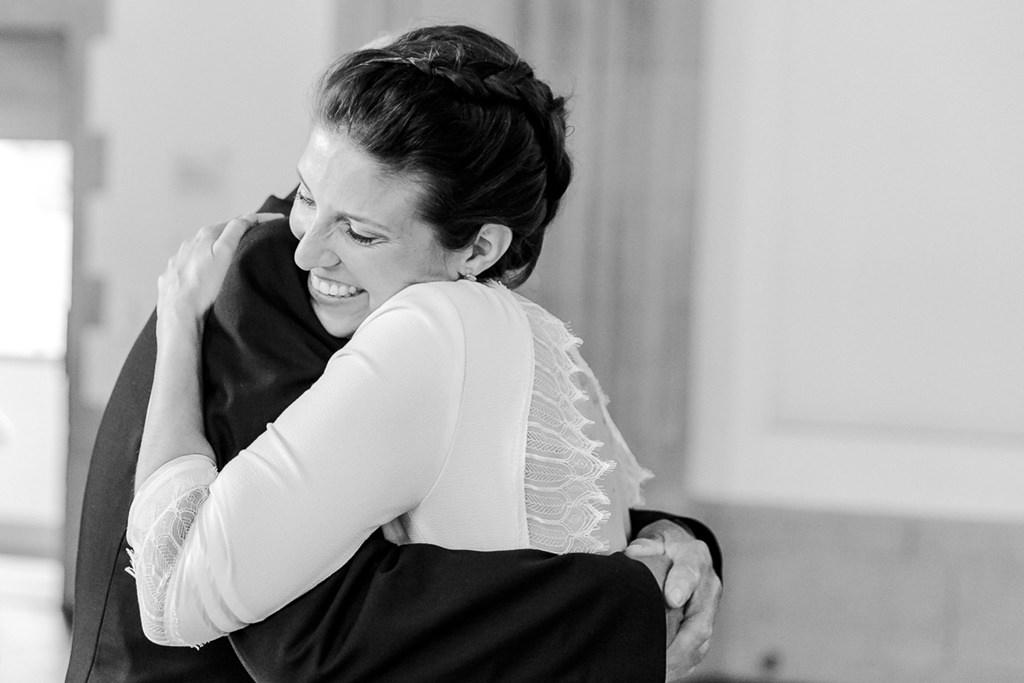 die Braut wird nach der standesamtlichen Hochzeit umarmt | Foto: Hanna Witte
