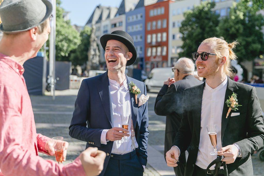 der Bräutigam mit den Hochzeitsgästen nach der standesamtlichen Trauung | Foto: Hanna Witte
