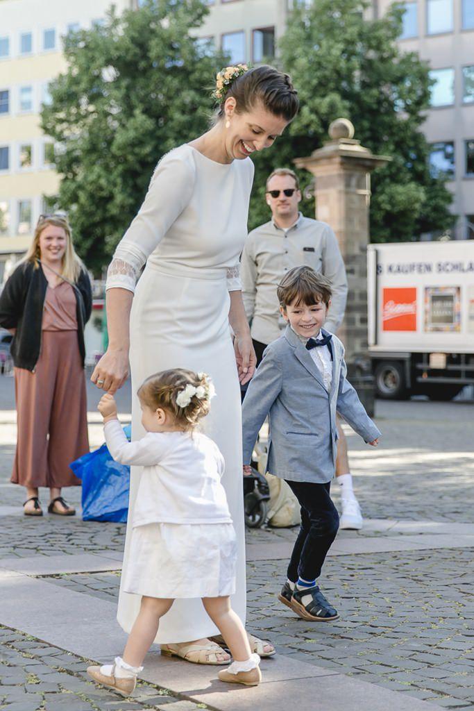 die Braut mit ihren Kindern nach der Standesamt Hochzeit in Köln | Foto: Hanna Witte