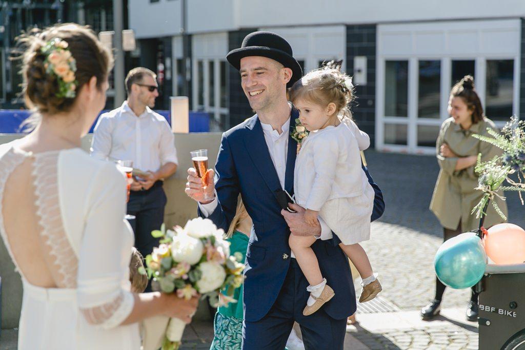 das Brautpaar beim Sektempfang nach der standesamtlichen Hochzeit in Köln | Foto: Hanna Witte