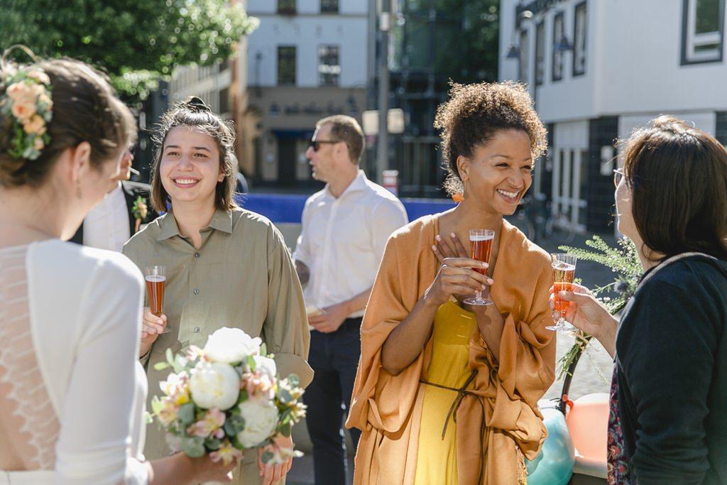 die Braut mit den Gästen beim Sektempfang nach der standesamtlichen Hochzeit in Köln | Foto: Hanna Witte