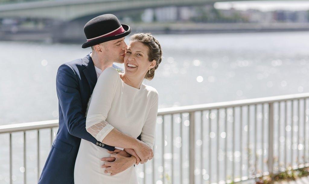 emotionales Paarfoto von Braut und Bräutigam am Rheinufer in Köln | Foto: Hanna Witte