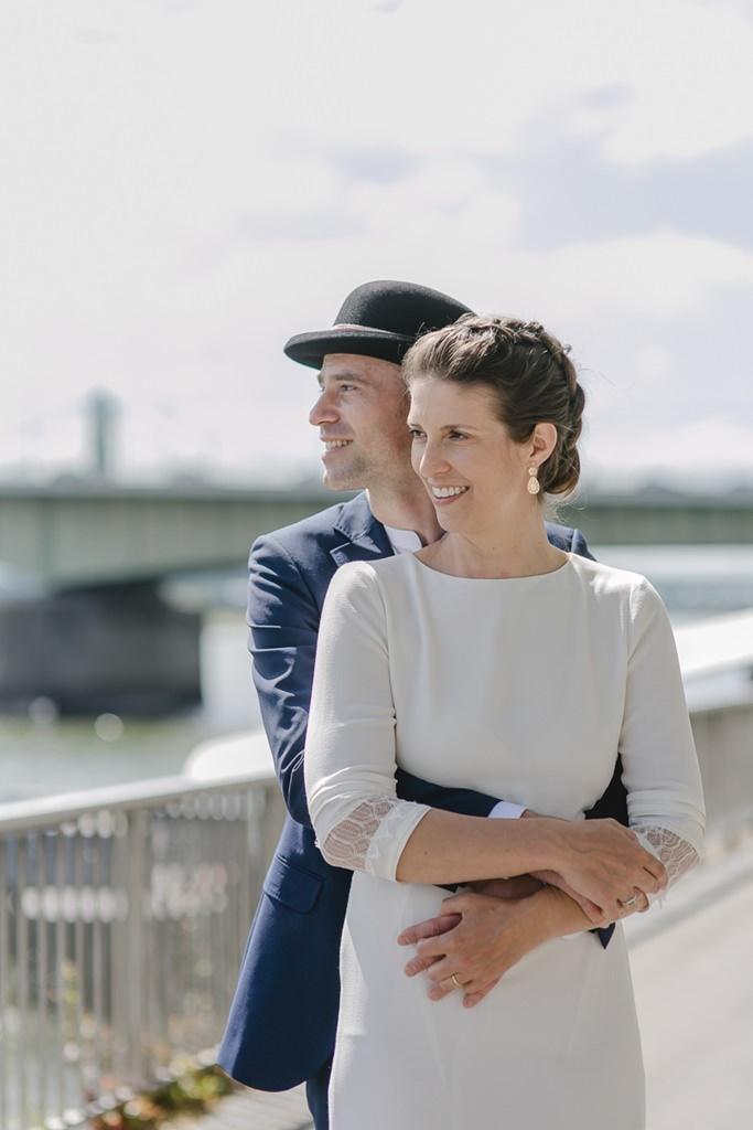 Paarfoto von Braut und Bräutigam am Rheinufer in Köln | Foto: Hanna Witte