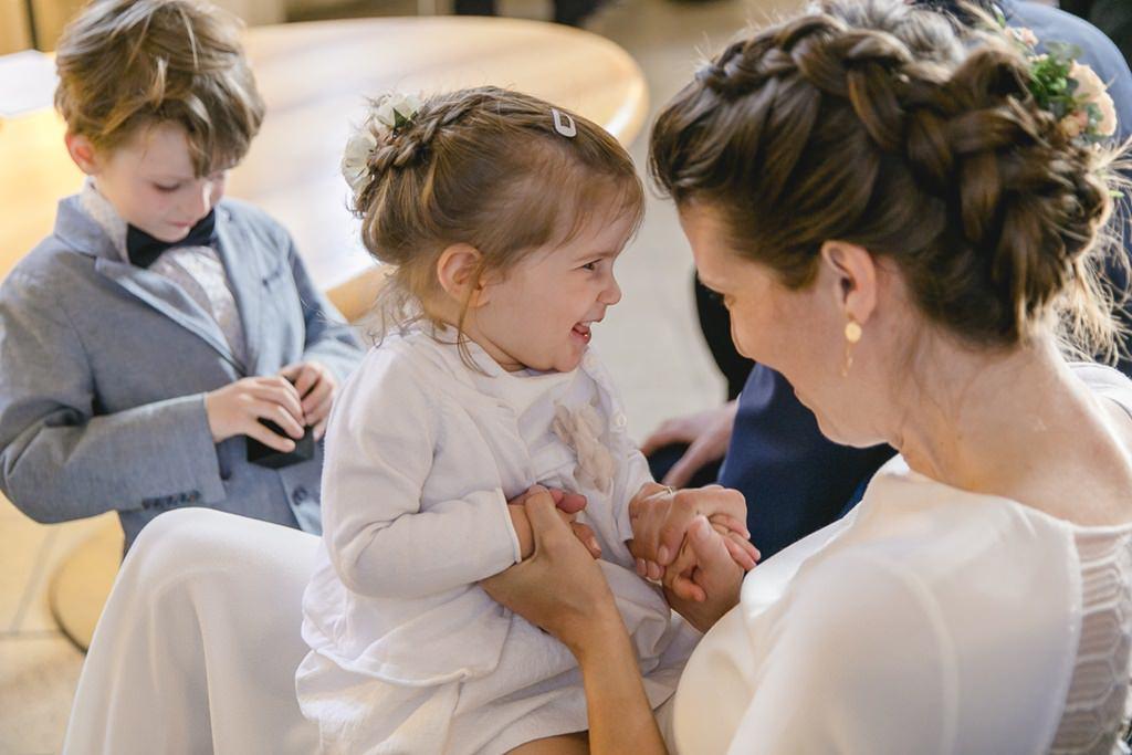 die Braut spielt bei der Standesamt Hochzeit mit ihrer Tochter | Foto: Hanna Witte