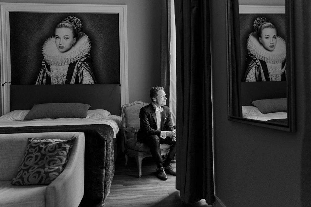 Hochzeitsfoto vom Bräutigam beim Getting Ready im Hotel Kasteel Bloemendal   Foto: Hanna Witte