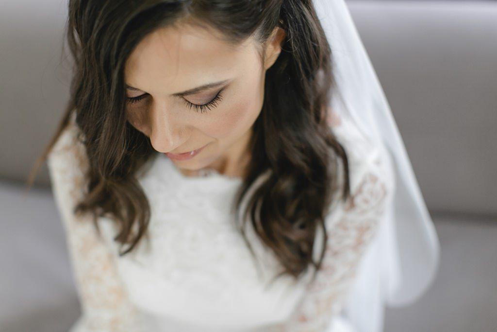Close-Up Hochzeitsfoto einer Braut mit offenen Haaren und Schleier   Foto: Hanna Witte