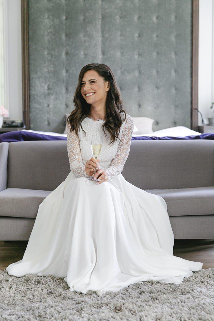 natürliches Brautportrait in einem Zimmer des Hotels Kasteel bloemendal   Foto: Hanna Witte