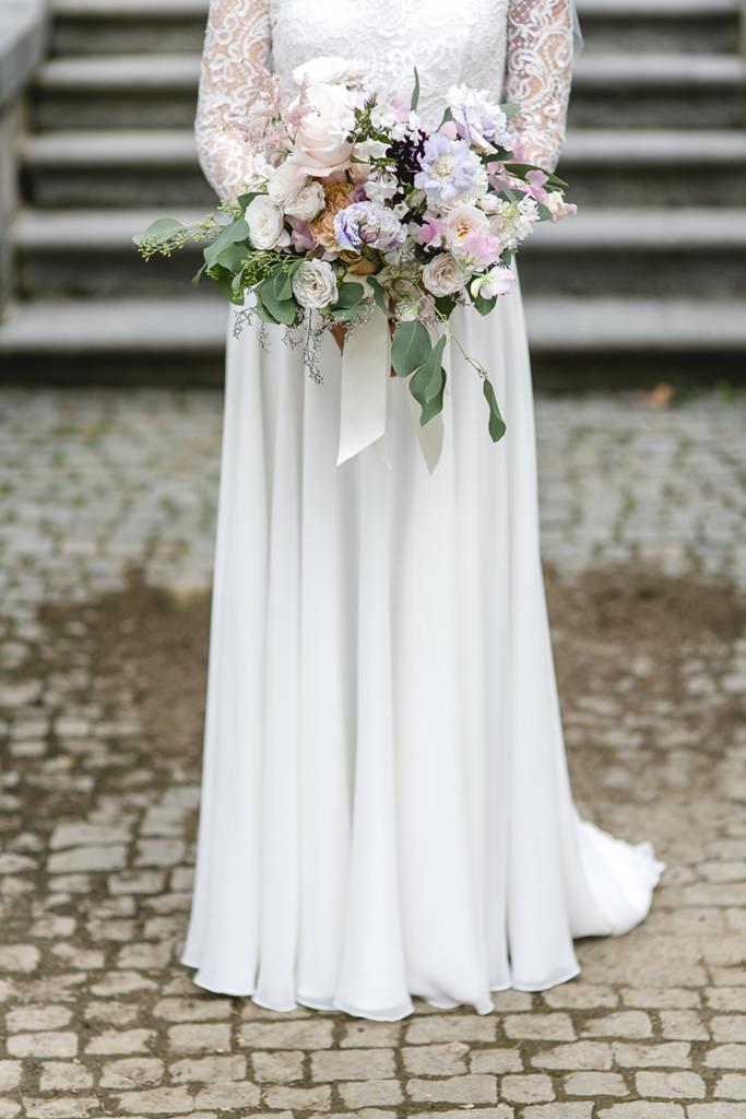 Brautstrauß mit Pfingstrosen und Rosen in Pastell   Foto: Hanna Witte