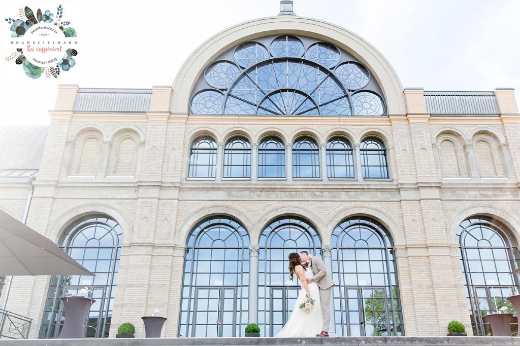 das Brautpaar küsst sich vor der Flora in Köln | Foto: Hanna Witte