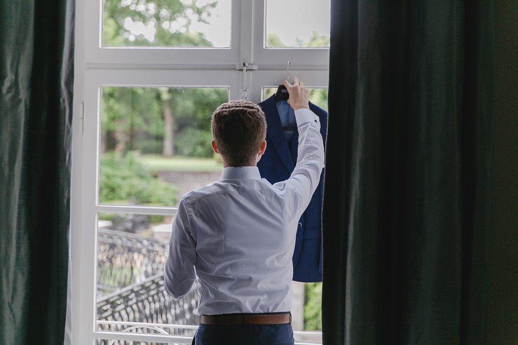 Hochzeitsfoto vom Bräutigam beim Getting Ready   Foto: Hanna Witte