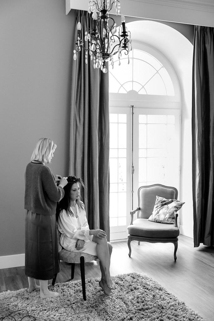 Hochzeitsfoto von der Braut beim Styling im Hotel Kasteel Bloemendal   Foto: Hanna Witte