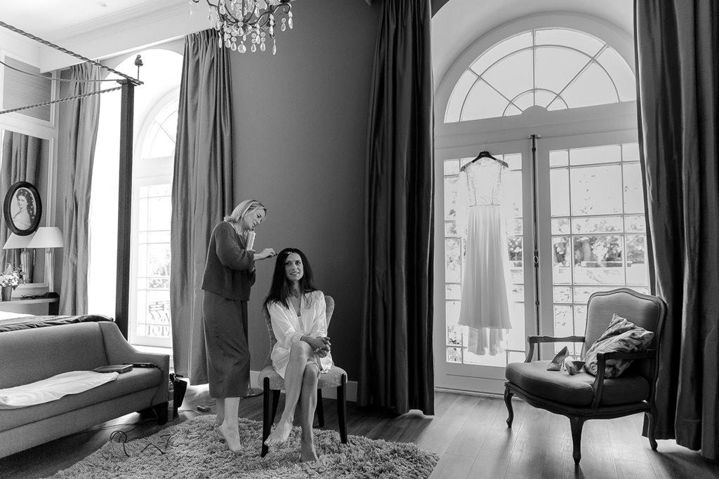 Hochzeitsfotoidee Getting Ready: Die Stylistin macht der Braut die Haare   Foto: Hanna Witte
