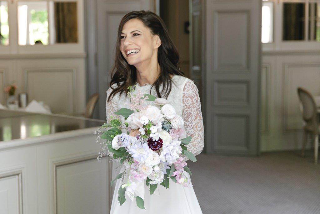 Hochzeitsfoto der strahlenden Braut mit ihrem Brautstrauß   Foto: Hanna Witte