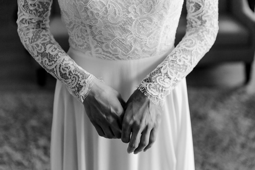Nahaufnahme vom Kaviar Gauche Brautkleid mit Spitze und langen Ärmeln   Foto: Hanna Witte