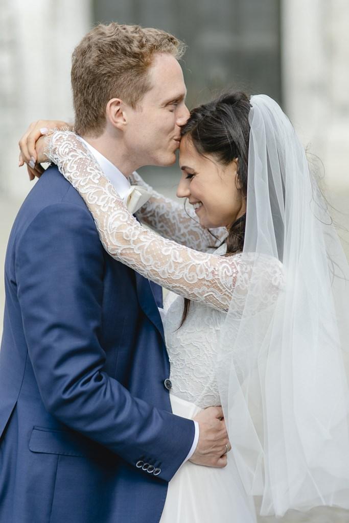 der Bräutigam küsst seine Braut liebevoll auf die Stirn   Foto: Hanna Witte