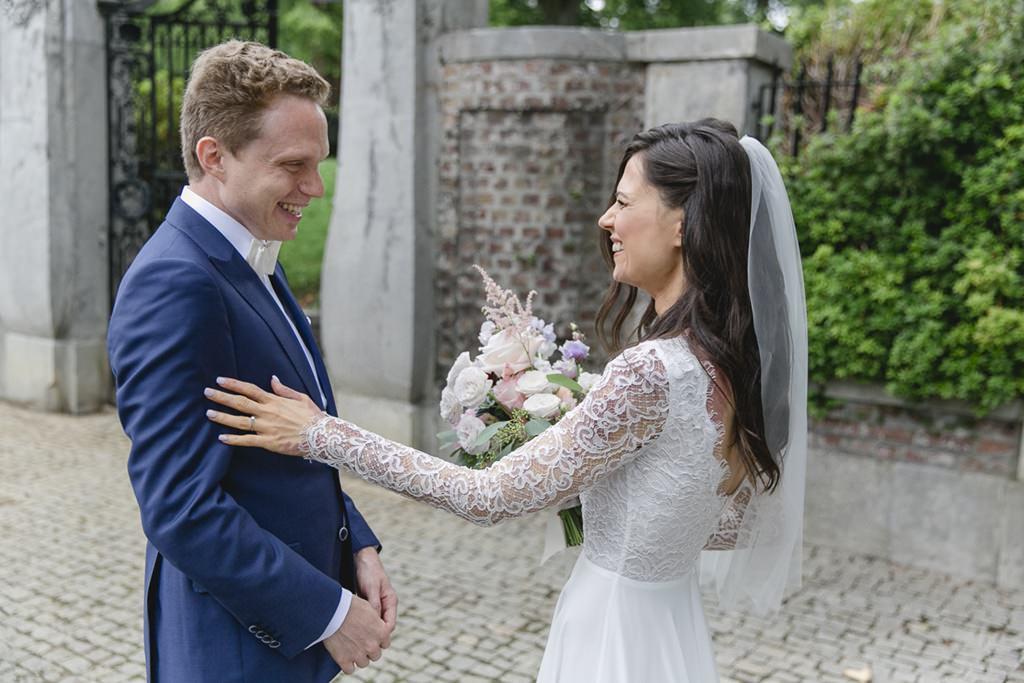 Hochzeitsfoto vom First Look: Braut und Bräutigam sehen sich zum ersten Mal   Foto: Hanna Witte