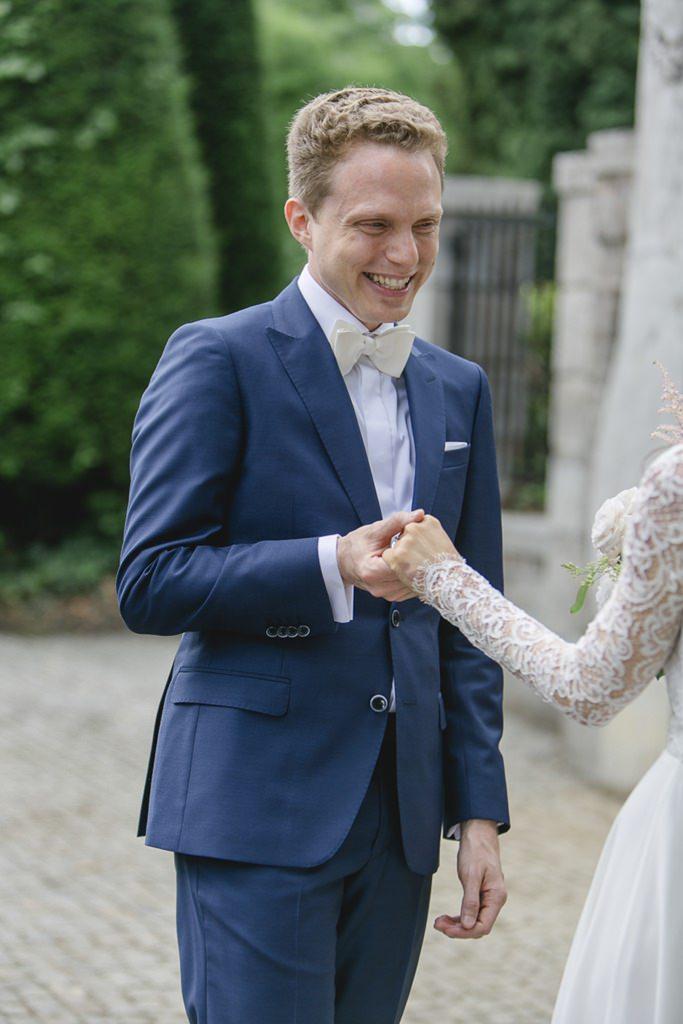 Hochzeitsfoto vom First Look: Der Bräutigam ist begeistert von seiner Braut   Foto: Hanna Witte