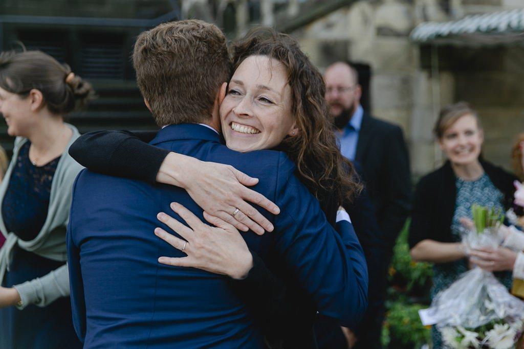 der Bräutigam wird nach der Standesamt Hochzeit beglückwünscht   Foto: Hanna Witte