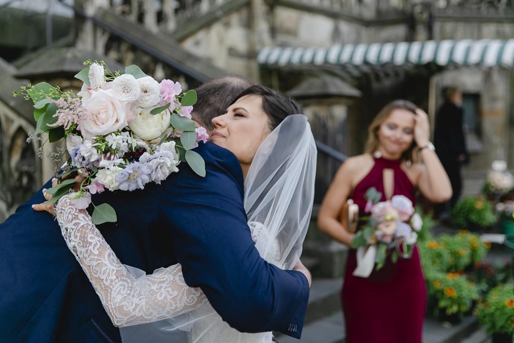 die Braut umarmt einen Hochzeitsgast nach der standesamtlichen Hochzeit   Foto: Hanna Witte