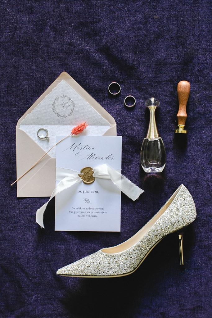 Hochzeitsfoto von Brautschuh, Hochzeitseinladung, Trauringen, Braut Parfum und Hochzeitssiegel   Foto: Hanna Witte
