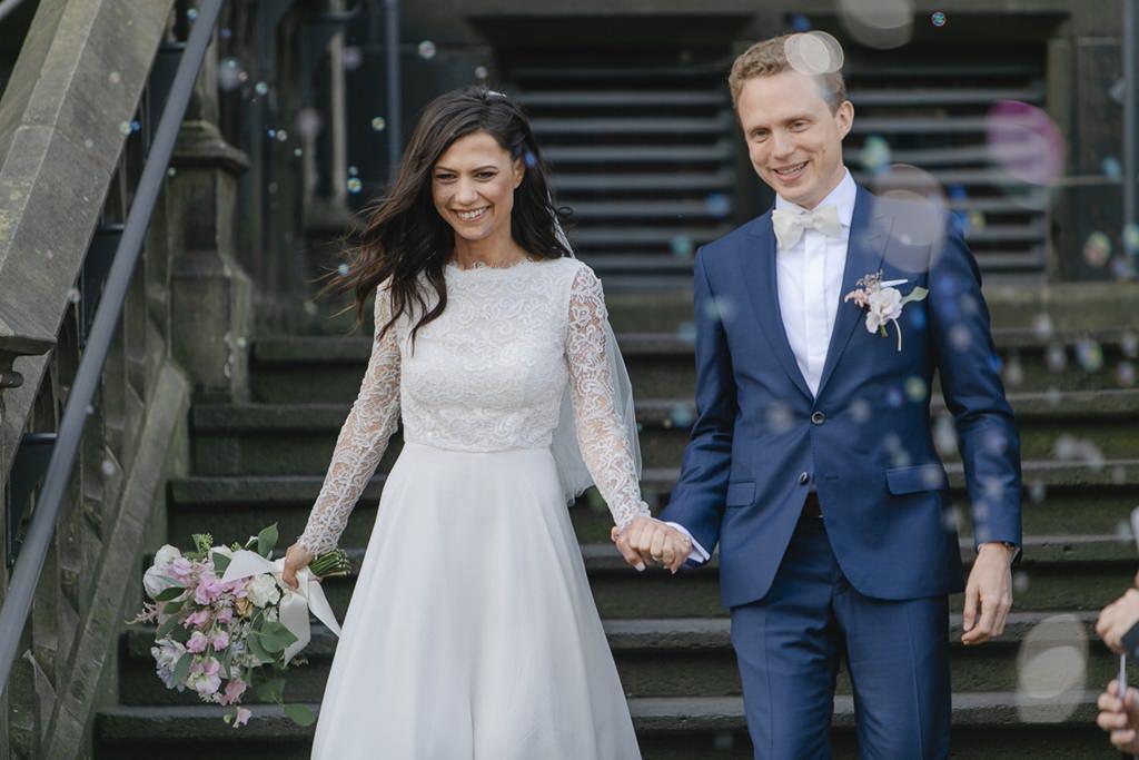 das Brautpaar beim Auszug aus dem Rathaus Aachen nach der standesamtlichen Trauung   Foto: Hanna Witte