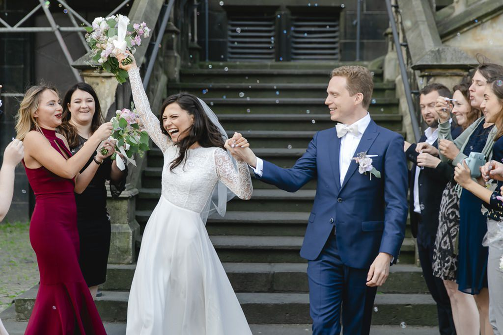 das Brautpaar lässt sich nach der standesamtlichen Trauung im Rathaus Aachen feiern   Foto: Hanna Witte