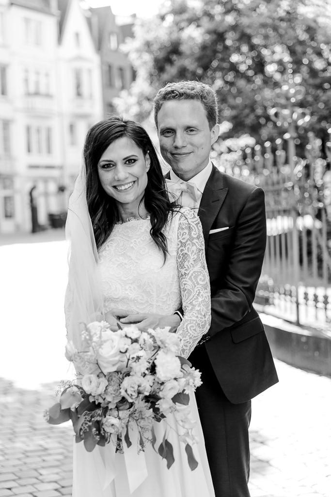 klassisches Hochzeitsfoto von Braut und Bräutigam in schwarz-weiss   Foto: Hanna Witte