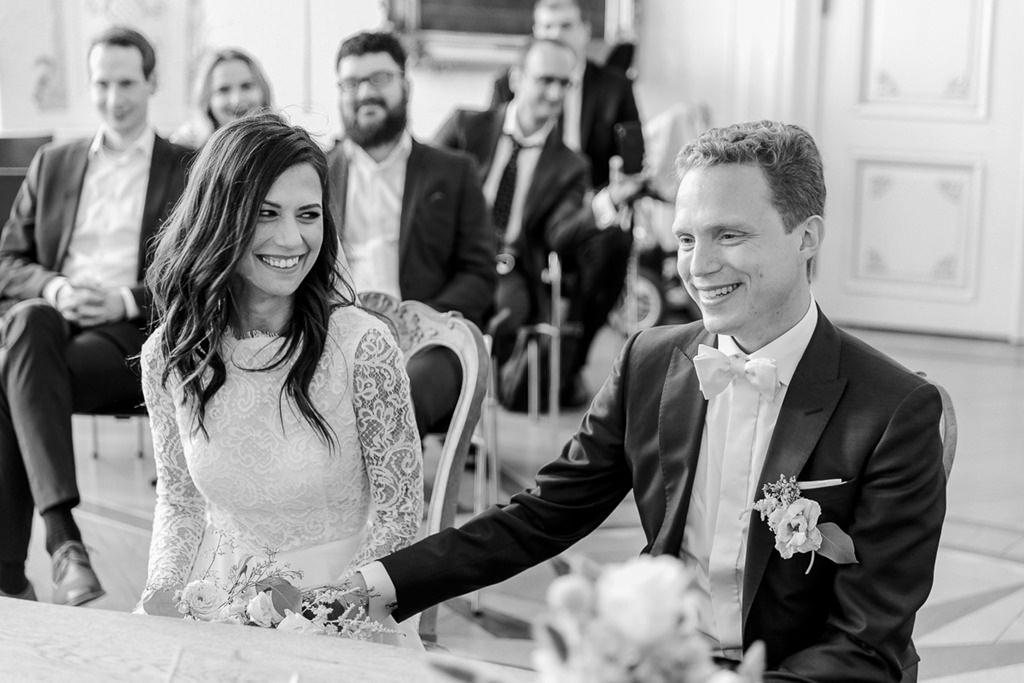 das Brautpaar während der Standesamt Hochzeit im weißen Saal im Rathaus Aachen   Foto: Hanna Witte