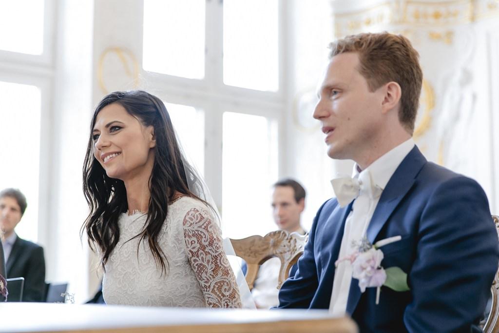 das Brautpaar bei der Standesamt Hochzeit im weißen Saal im Rathaus Aachen   Foto: Hanna Witte