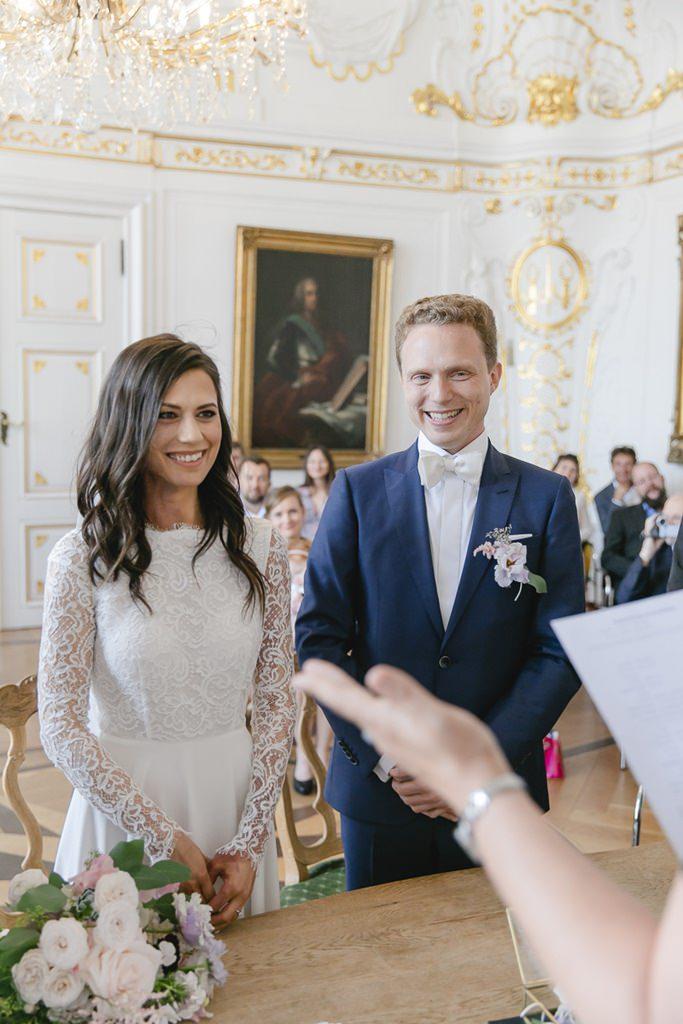 das Brautpaar beim Eheversprechen bei der Standesamt Hochzeit im weißen Saal im Rathaus Aachen   Foto: Hanna Witte