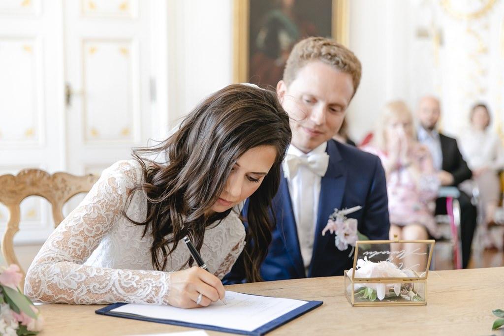 das Brautpaar unterschreibt die Hochzeitsurkunde bei der Standesamt Hochzeit im weißen Saal im Rathaus Aachen   Foto: Hanna Witte
