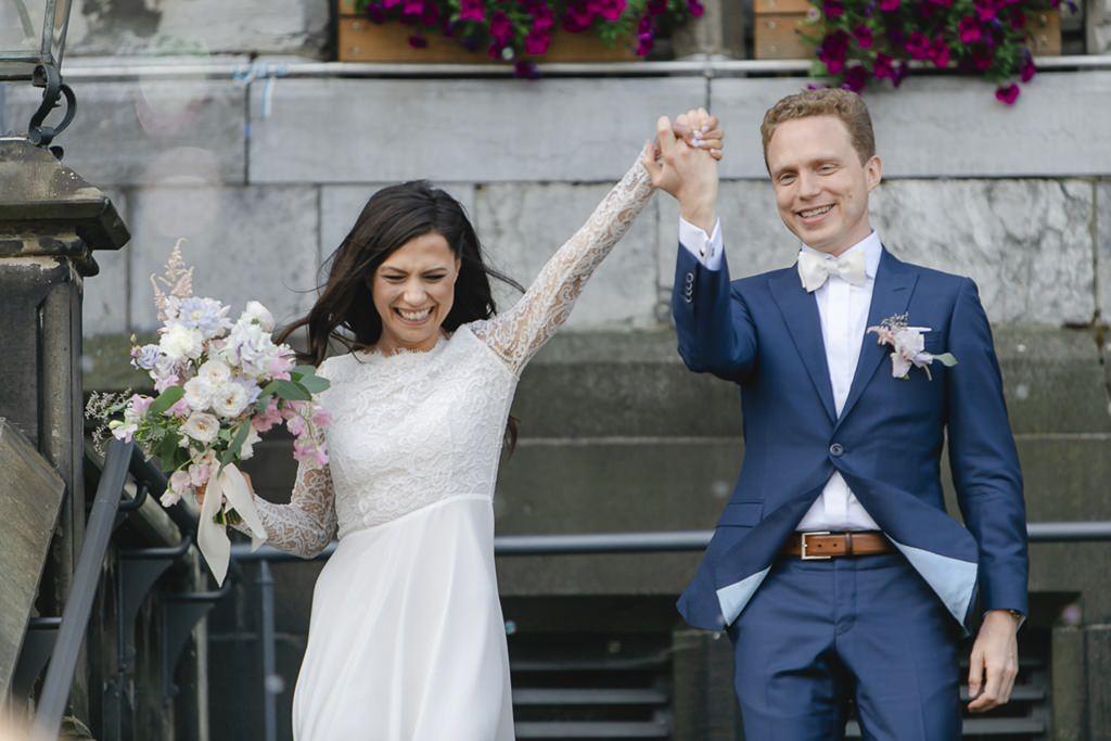 das Brautpaar verlässt das Rathaus Aachen nach der standesamtlichen Trauung   Foto: Hanna Witte