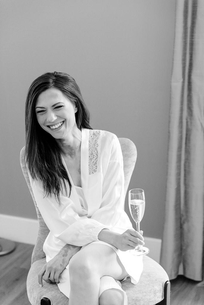Die Braut trinkt beim Getting Ready ein Glas Sekt   Foto: Hanna Witte