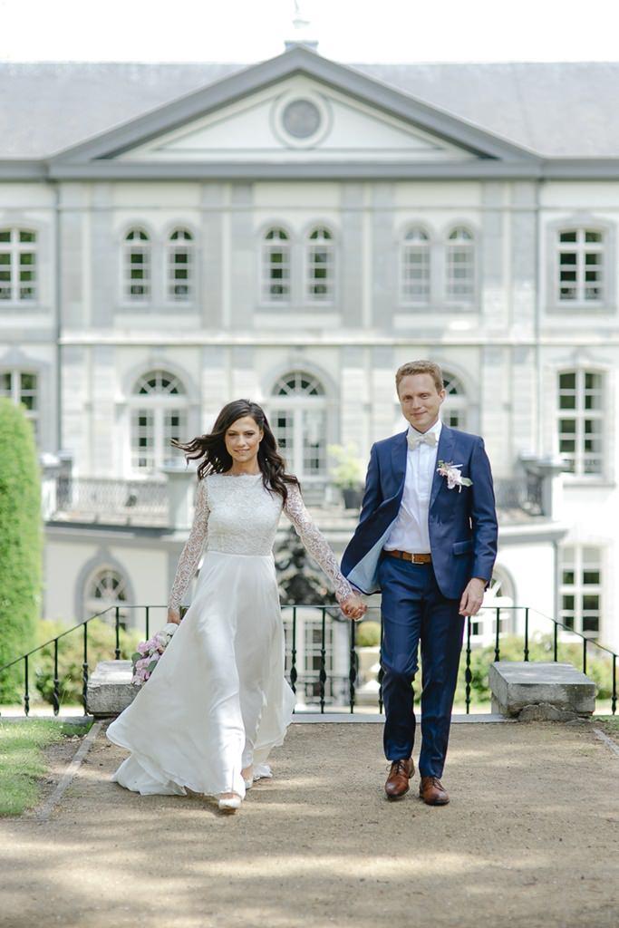 Braut und Bräutigam vor dem Schlosshotel Kasteel Bloemendal   Foto: Hanna Witte