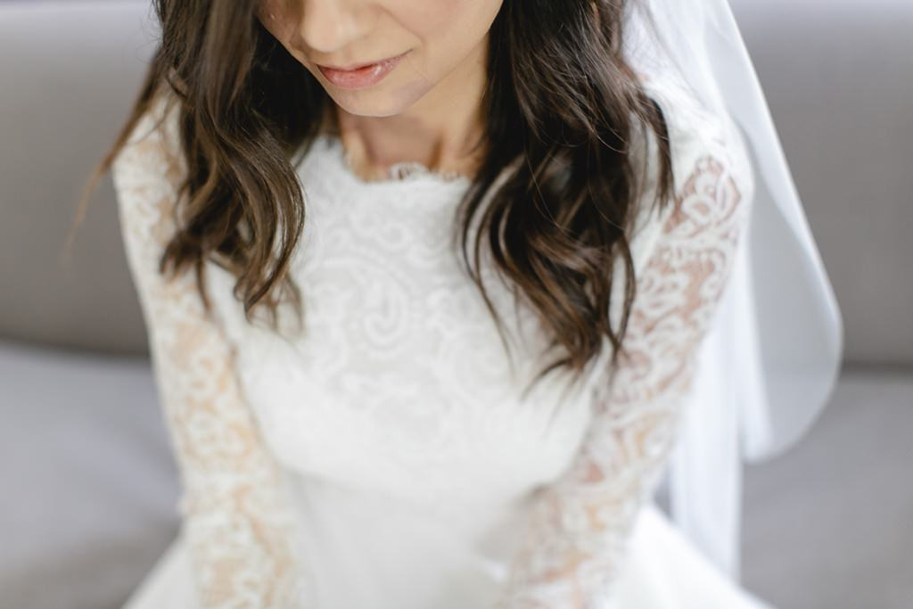 Hochzeitsfoto einer Braut mit Spitzen-Brautkleid   Foto: Hanna Witte
