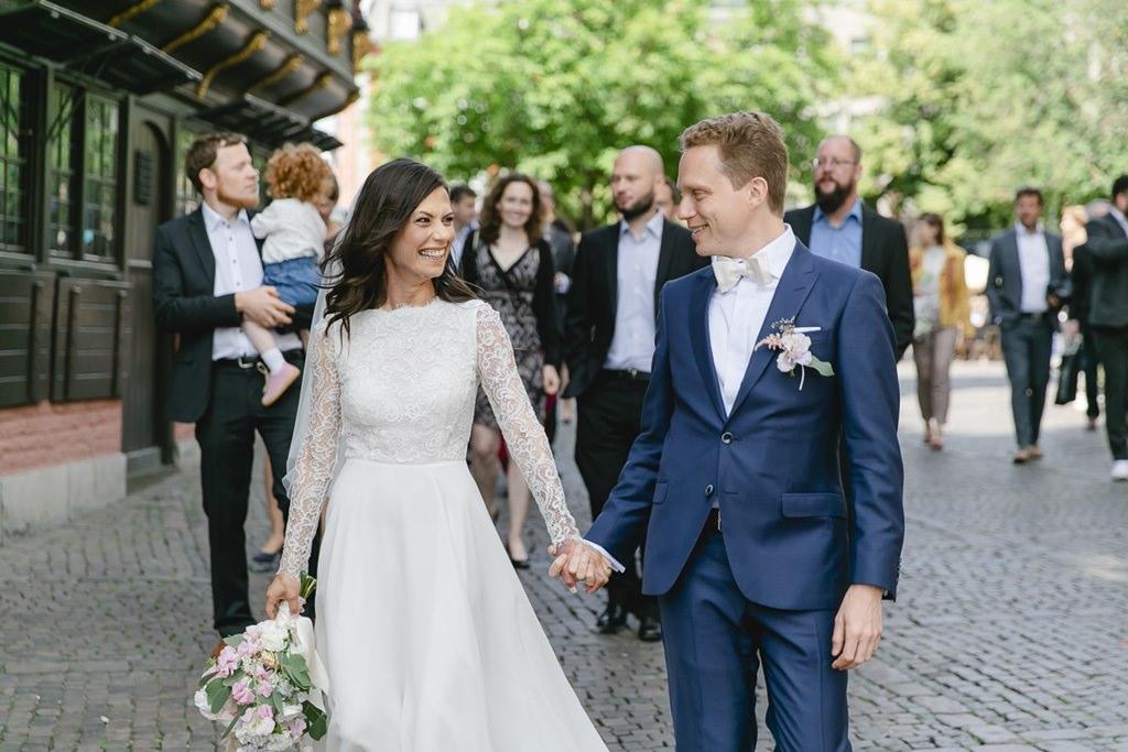 das Brautpaar läuft mit seinen Gästen durch Aaachen   Foto: Hanna Witte