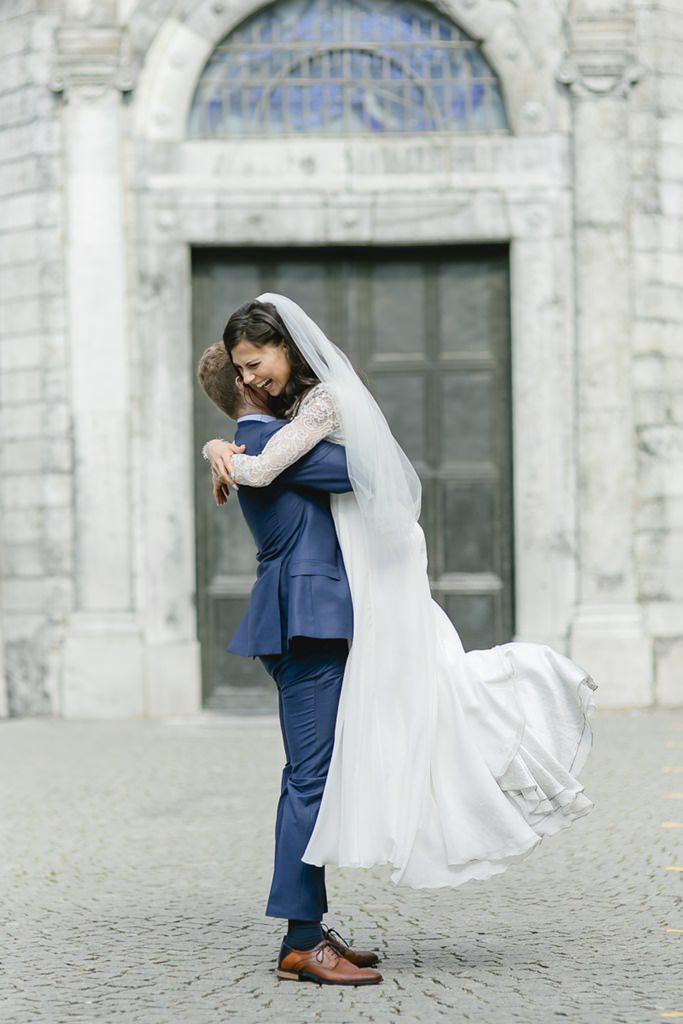 der Bräutigam hebt seine Braut in die Luft   Foto: Hanna Witte
