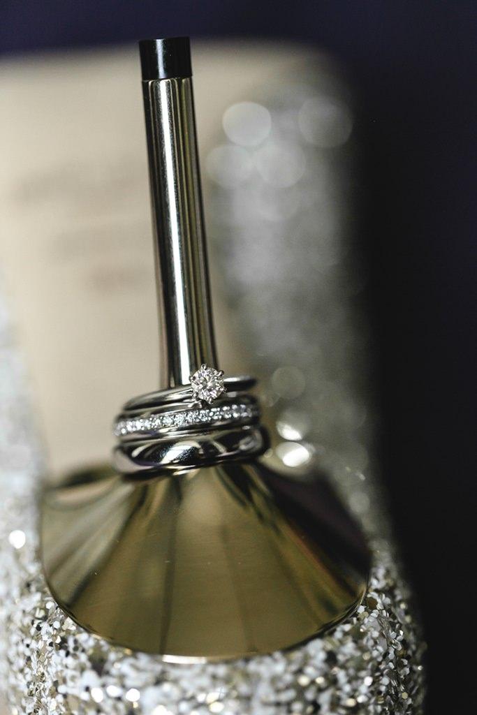 Kreative Hochzeitsfotoidee: Die Trauringe stecken auf dem Absatz der Brautschuhe   Foto: Hanna Witte