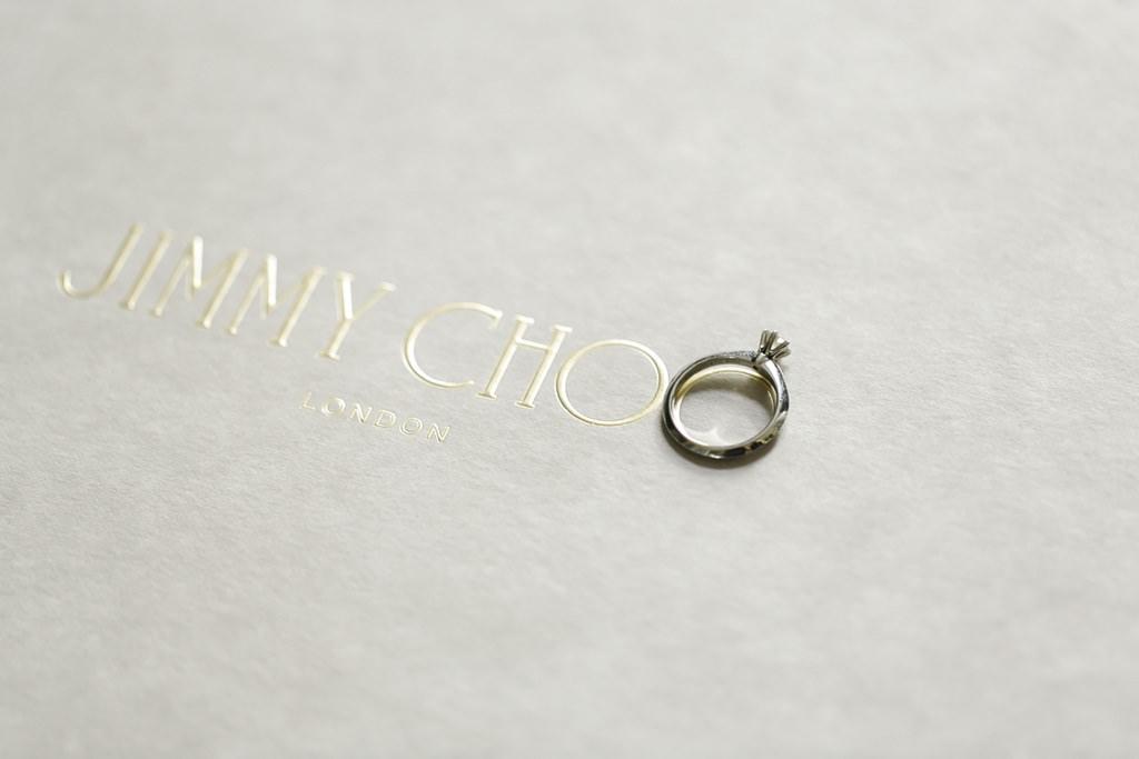 Hochzeitsfotoidee: Der Verlobungsring liegt auf dem Jimmy Choo Logo   Foto: Hanna Witte