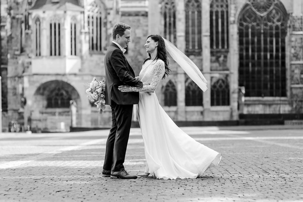 Paarfoto von Braut und Bräutigam in der Altstadt von Aachen   Foto: Hanna Witte