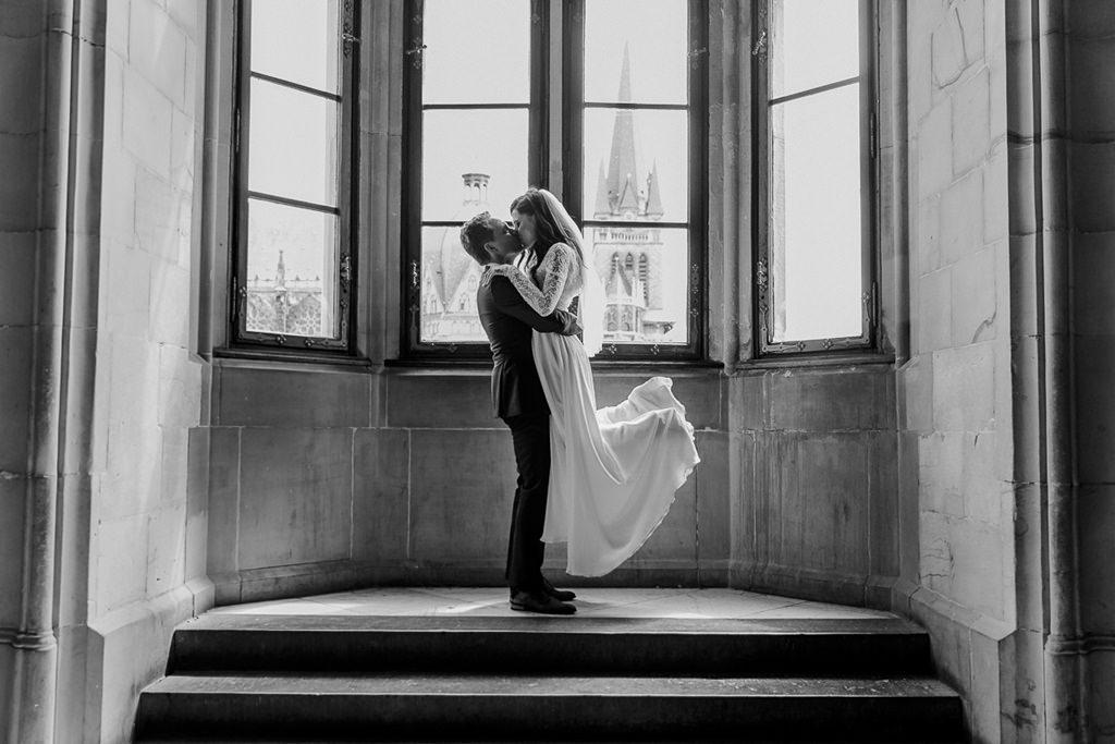 der Bräutigam hebt seine Braut beim Paarshooting ausgelassen in die Höhe   Foto: Hanna Witte
