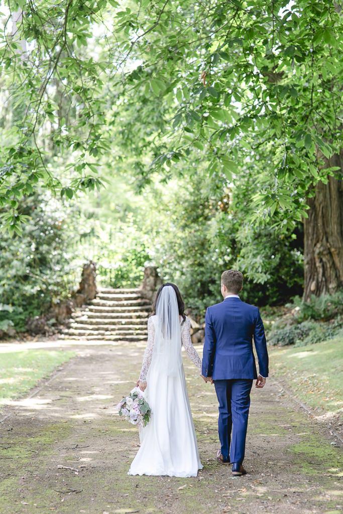 Hochzeitsfoto von Braut und Bräutigam beim Spaziergang im Park   Foto: Hanna Witte