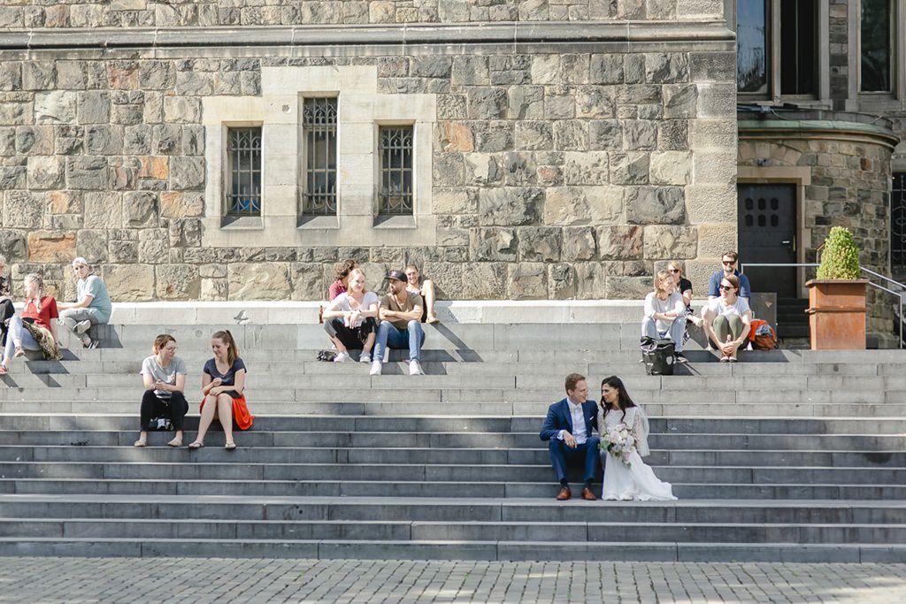 Braut und Bräutigam sitzen auf einer Treppe in der Altstadt von Aaachen   Foto: Hanna Witte