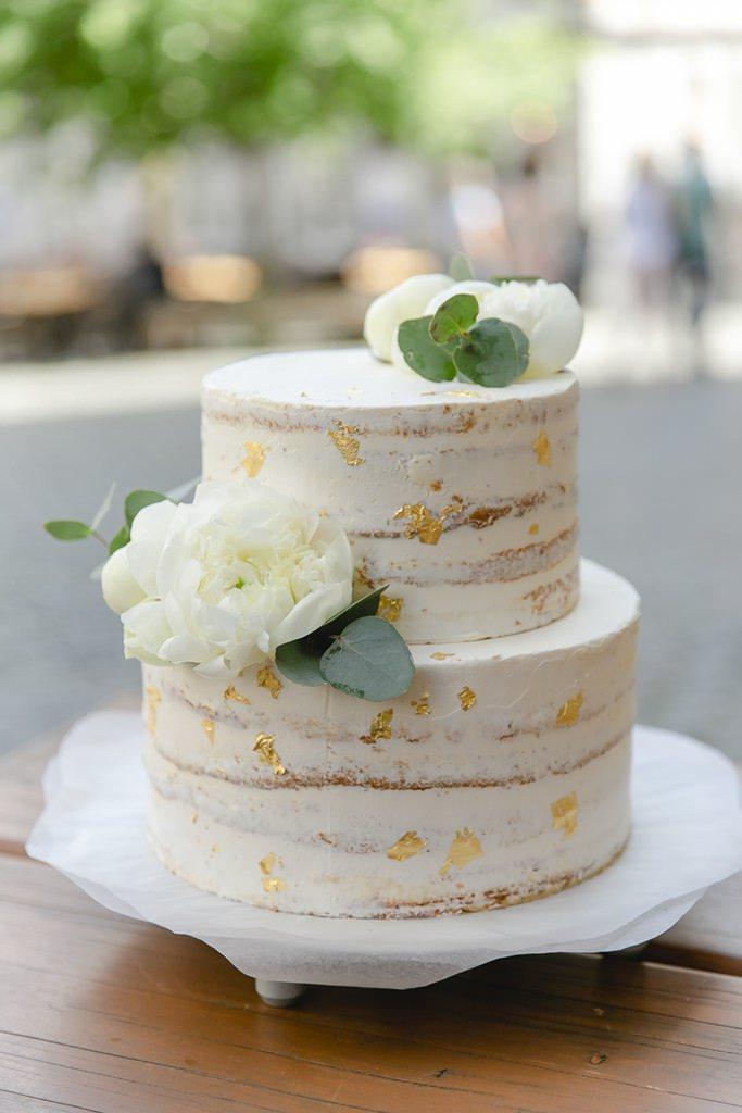Semi Naked Cake Hochzeitstorte mit Blattgold und weißen Pfingstrosen   Foto: Hanna Witte