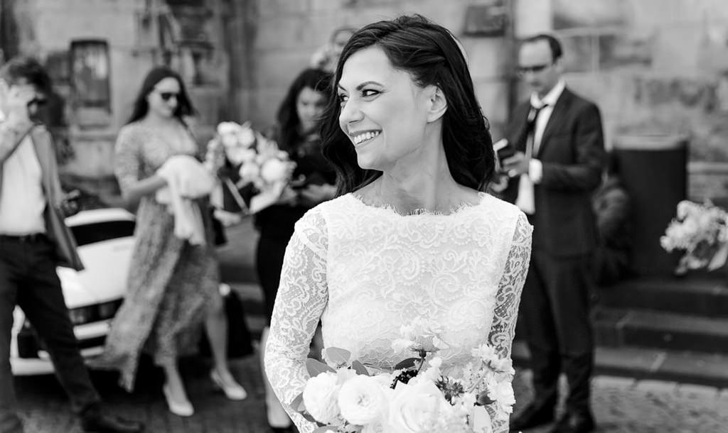 Hochzeitsfoto der Braut zwischen den Hochzeitsgästen | Foto: Hanna Witte