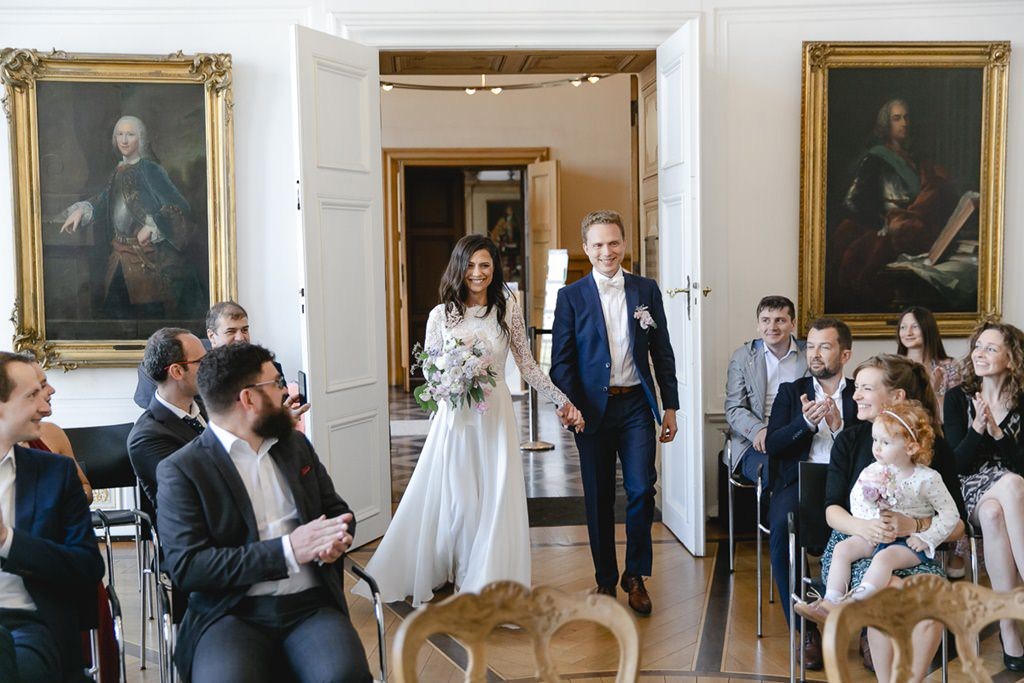 das Brautpaar betritt den weißen Saal im Rathaus Aachen für die standesamtliche Trauung   Foto: Hanna Witte