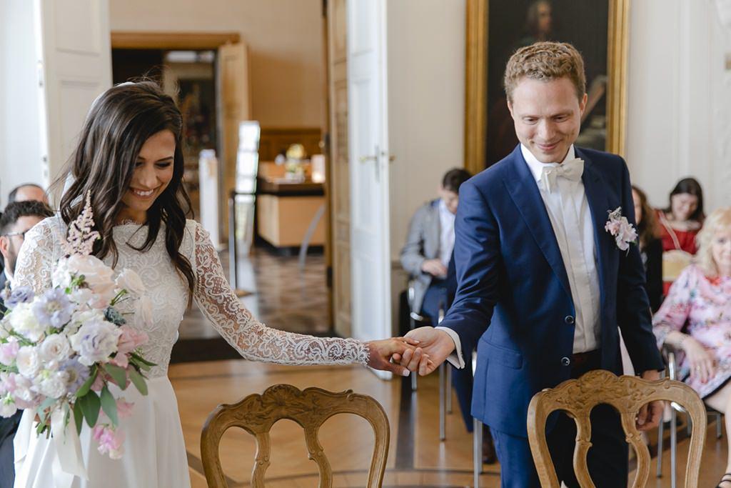 das Brautpaar vor der standesamtlichen Trauung im weißen Saal im Rathaus Aachen   Foto: Hanna Witte