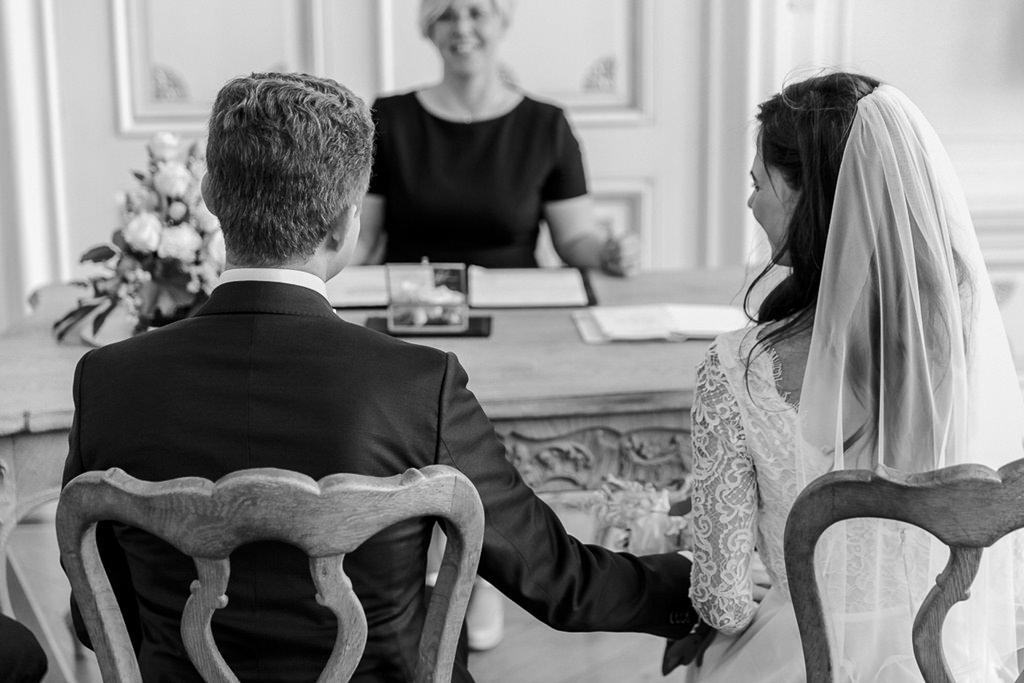 das Brautpaar während der standesamtlichen Trauung im weißen Saal im Rathaus Aachen   Foto: Hanna Witte