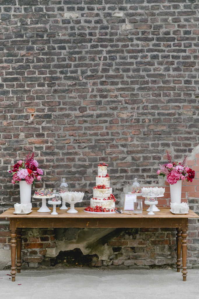 Vintage Sweet Table in Weiß, Pink und Rot | Foto: Hanna Witte