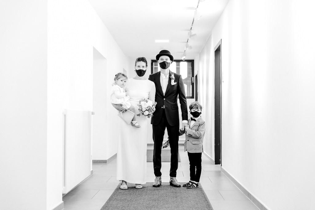 Hochzeitsfamilienfoto mit Corona Masken | Foto: Hanna Witte